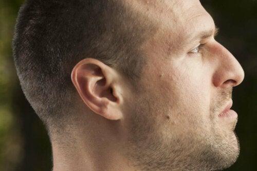 En mands ansigt set fra siden