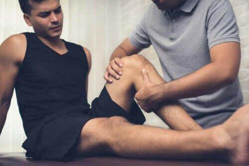 Mand, der får behandlet sit knæ