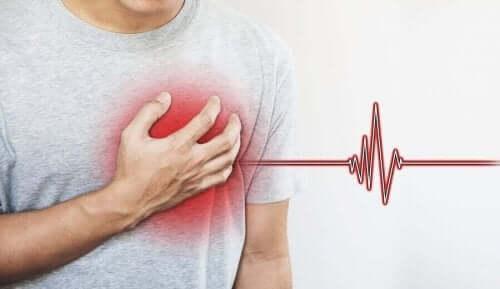Mand med hjerteanfald tager sig til bryst