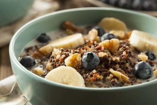 Eksempel på sunde morgenmadsprodukter i skål