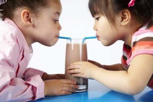 Piger drikker chokoladesmoothie
