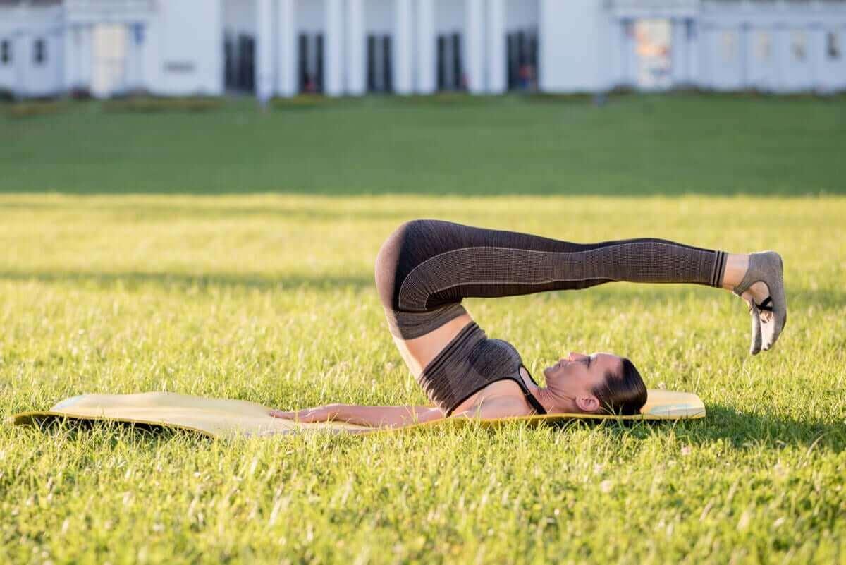 Rolling back-øvelsen strækker rygsøjlen og forbedrer fleksibiliteten i ryggen