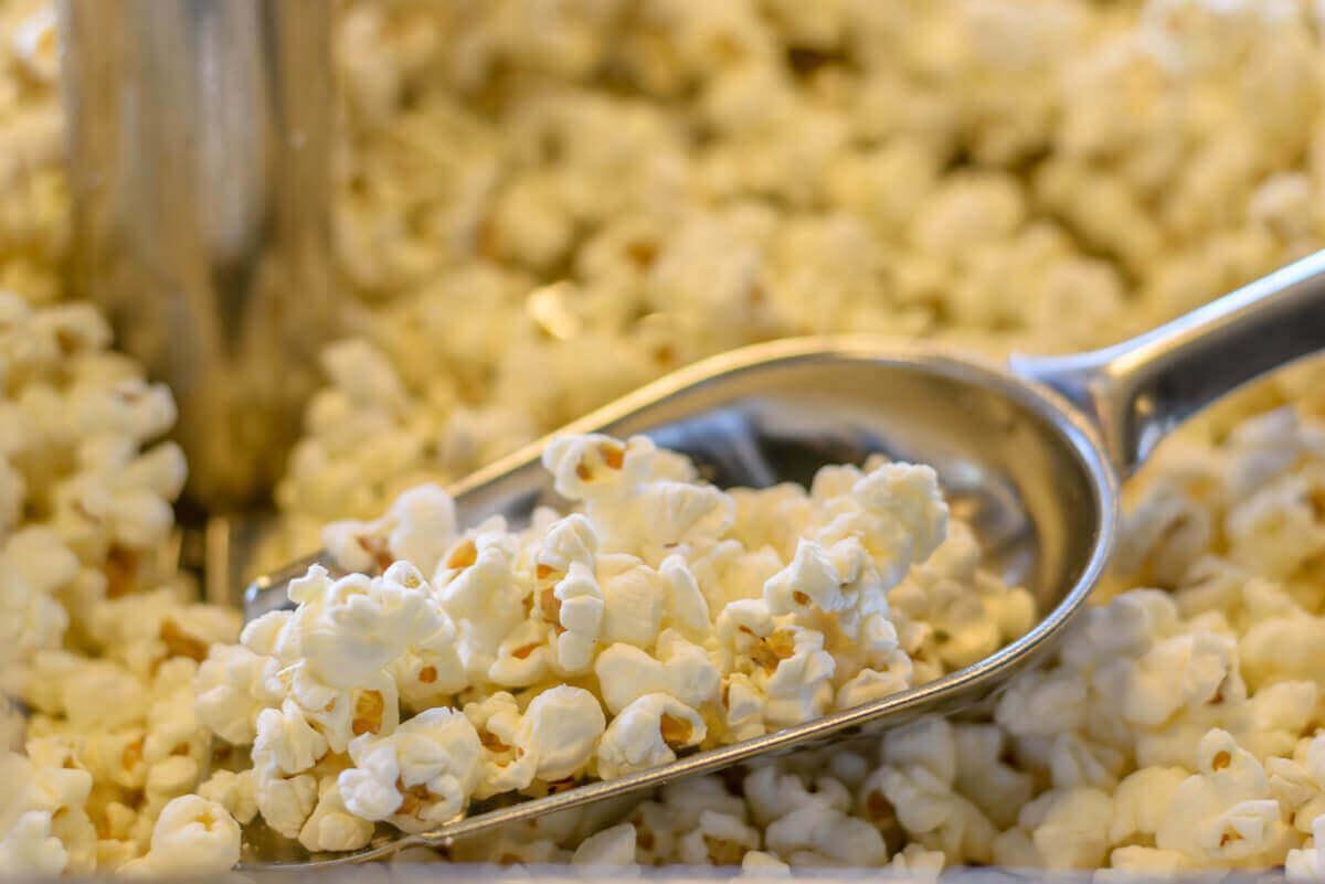 Kommercielle versioner af popcorn indeholder tilsætningsstoffer, der ikke er så sunde, såsom salt og simpelt sukker