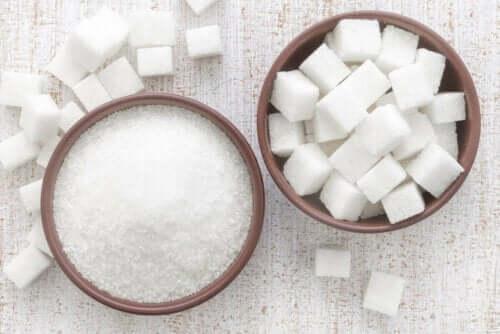 Skåle med hvidt sukker