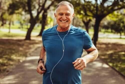 Smilende mand udøver sprinttræning