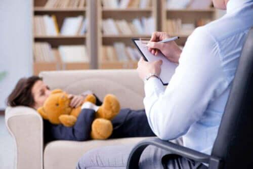 Terapeut anvender psykoanalyse på klient