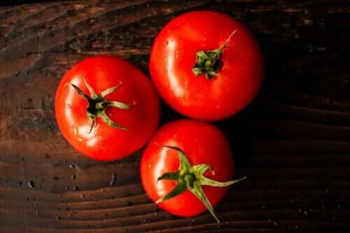 Tre tomater på bord
