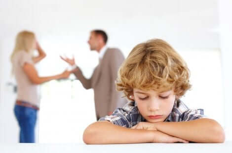 Forældre skændes bag barn