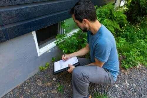 Mand undersøger for skimmelsvamp i huset