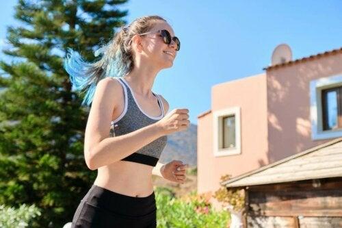 Ung kvinde, der løber en tur