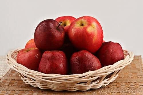 Røde æbler i kurv