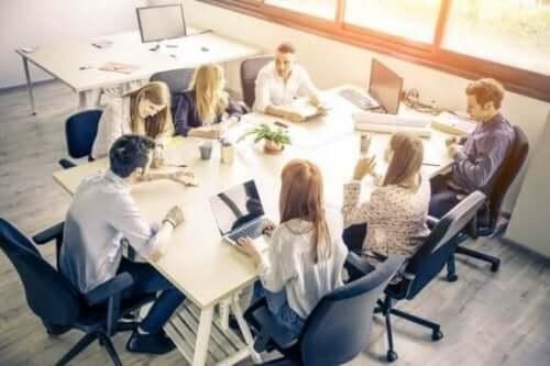 Personer i arbejdsmøde