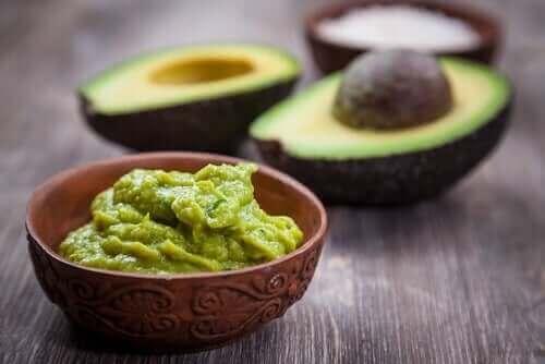 Avocado og guacamole i skål
