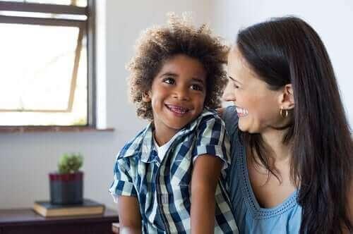 Mor og barn griner sammen