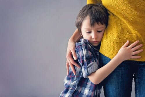 Dreng, der krammer voksen, lider af angst hos børn