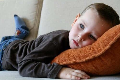 Dreng ligger på sofa