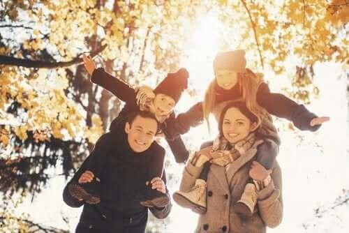 Smilende familie udenfor