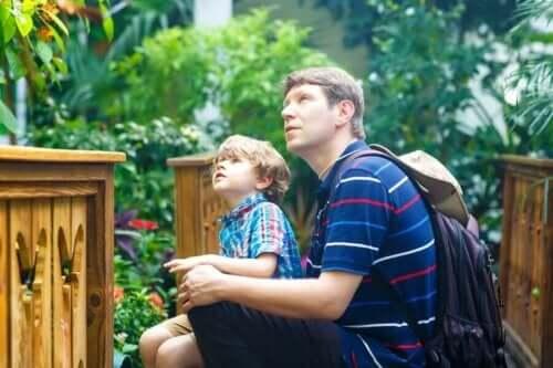 Far og søn på museum er eksempel på børn interesserede i museer