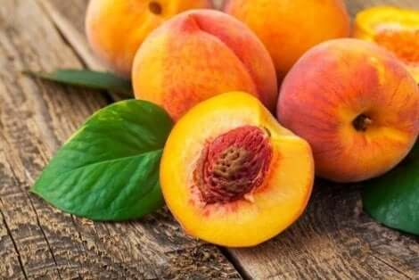 Disse ferskner giver en dejlig smag til vand med frugtudtræk