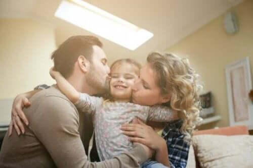 Forældre kysser pige