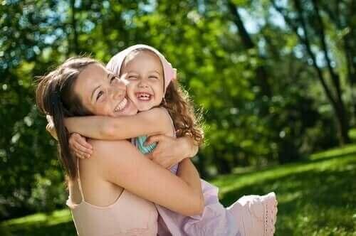 Glad mor og datter, der krammer