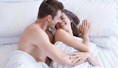 Glad par i sengen