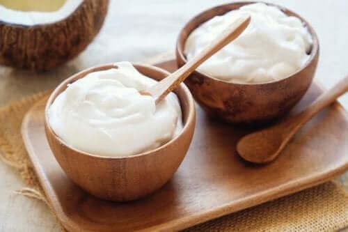 Græsk yoghurt i træskåle