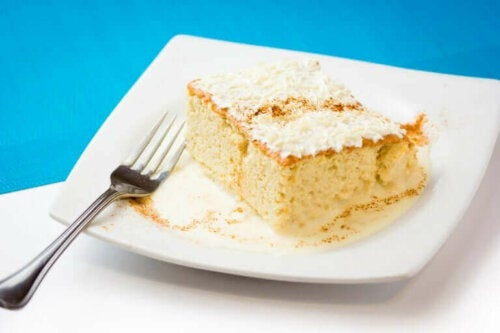 Hvid kage skåret ud