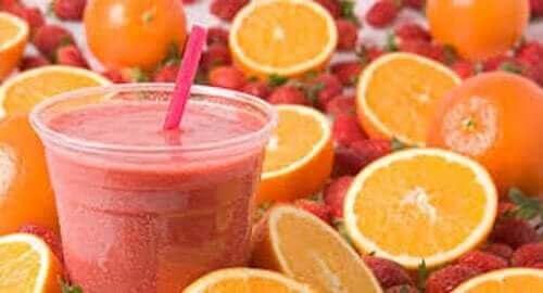Smoothie med appelsin og jordbær