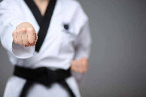 Person dyrker karate