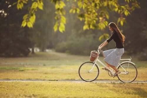 Kvinde, der cykler for at få tyndere ben