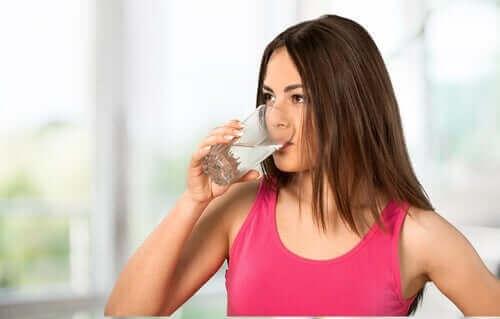Kvinde drikker vand