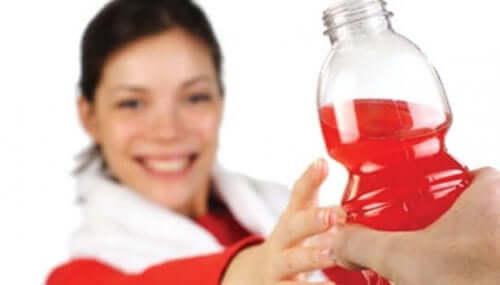 Kvinde med energidrik nyder, at natron kan gavne motion