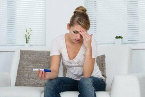 Kvinde med graviditetstest