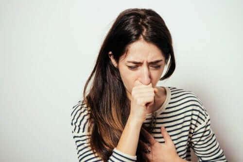 Kvinde hoster som eksempel på konsekvenser af luftfugtighed