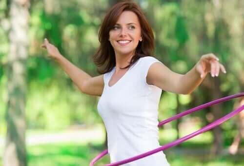 Kvinde med hullahopring motionerer for at bekæmpe kronisk forstoppelse
