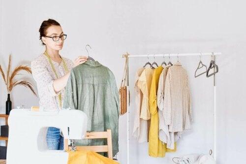 Kvinde med cirkulerende tøj og symaskine