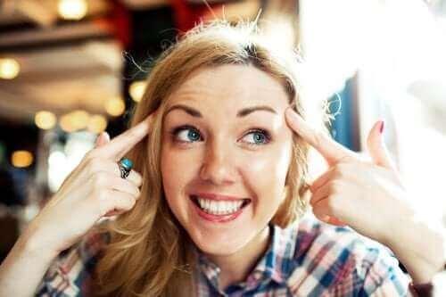 Kvinde med stort smil er positiv for at komme sig over dårlige tider