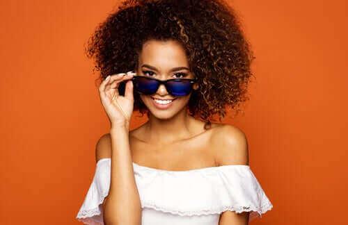 Kvinde med solbriller som eksempel på tendenser indenfor tilbehør