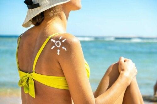 Kvinde med solcreme på ryg
