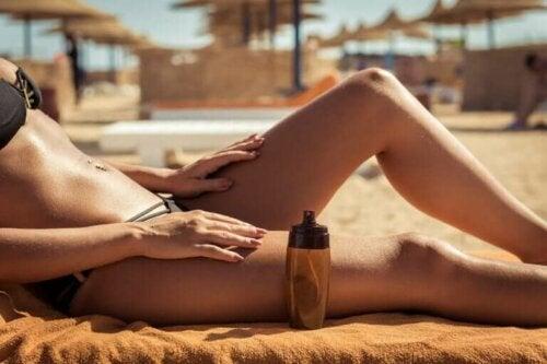 Kvinde soler sig på strand