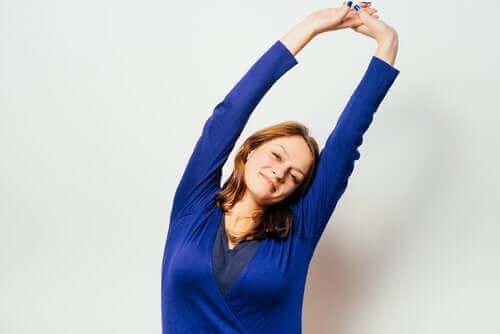 Kvinde strækker ryggen som eksempel på udstrækning for gravide
