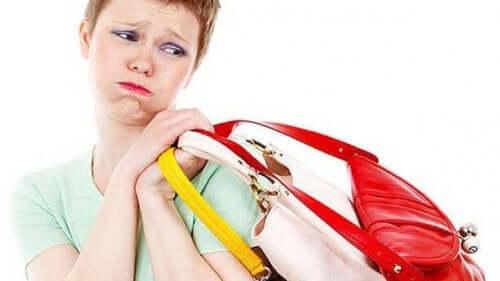 Kvinde med tasker som eksempel på tendenser indenfor tilbehør