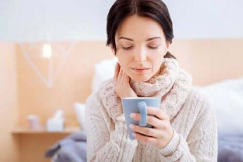 Kvinder drikker te som eksempel på midler med fennikelfrø