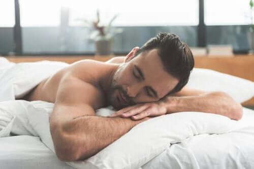 Mand sover og oplever natlig sædafgang
