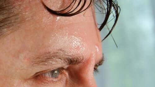 Mand sveder som eksempel på konsekvenser af luftfugtighed