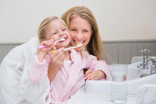 Mor og barn børster tænder
