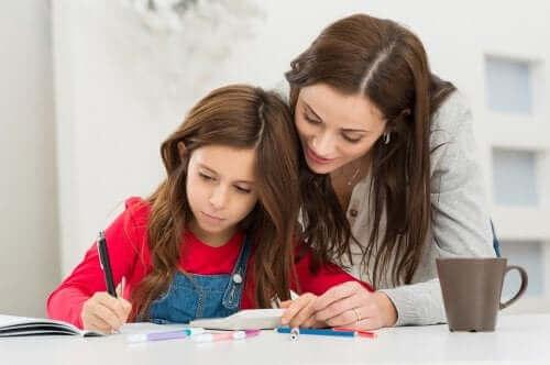 Mor hjælper pige grundet angst hos børn