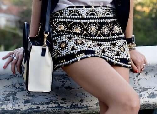 Kvinde med nederdel med perler viser nye tendenser indenfor tilbehør