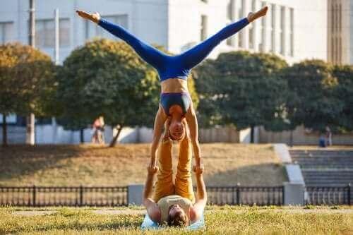 Acroyoga er eksempel på gode udendørs aktiviteter for par